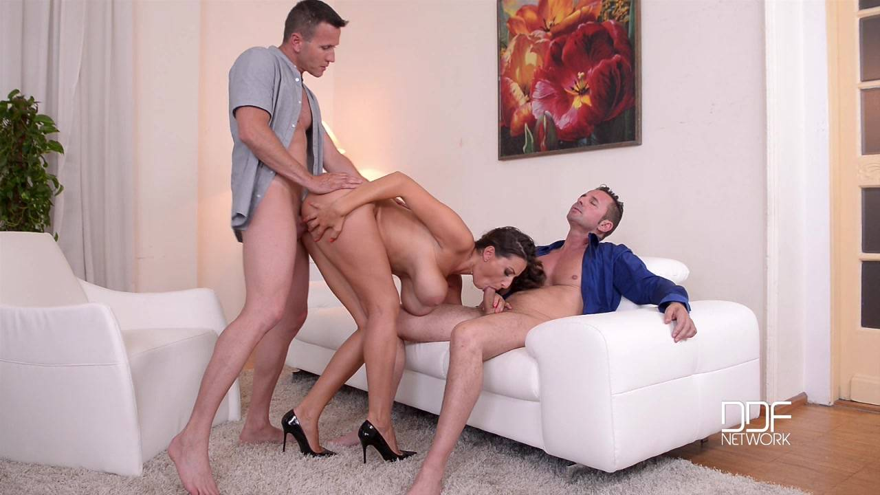 Опытный муж трахает жену на диване и кончает ей прямо на тело